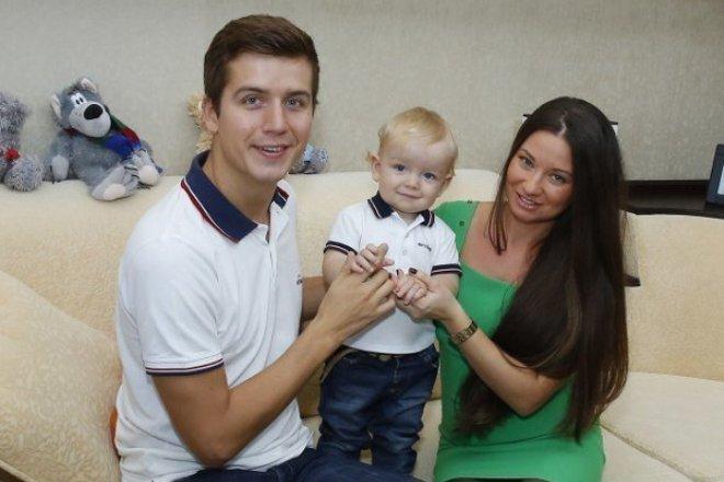 Денис Косяков с женой и сыном