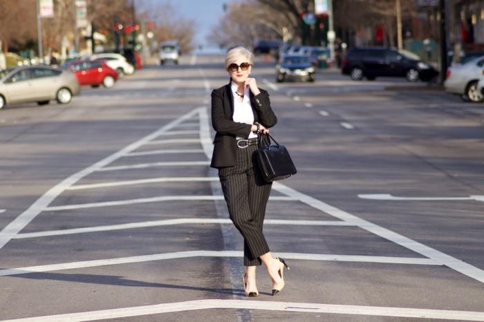 После 50 следует избегать пышного декора. /Фото: styleatacertainage.com