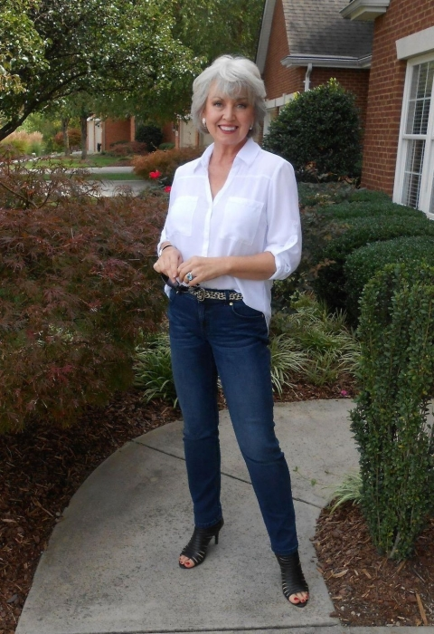 Джинсы и белая рубашка – базовые вещи любого гардероба. /Фото: tilependant.com