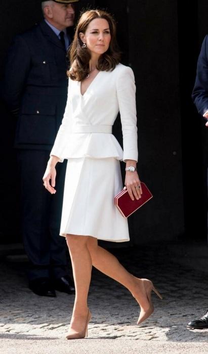 Девушки из королевской семьи носят клатчи на официальных приемах. / Фото: 1plus1.ua