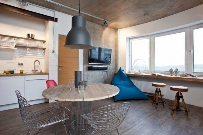 Кресло-мешок треугольной формы на кухне в стиле лофт