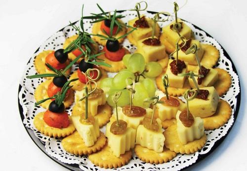 Канапе на праздничный стол - фото идеи оформления канапе на шпажках и простых канапе