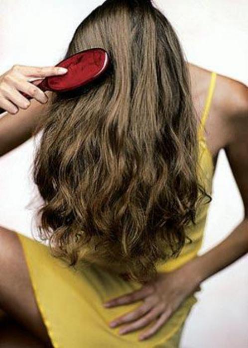 Не расчесывать волосы перед мытьем.