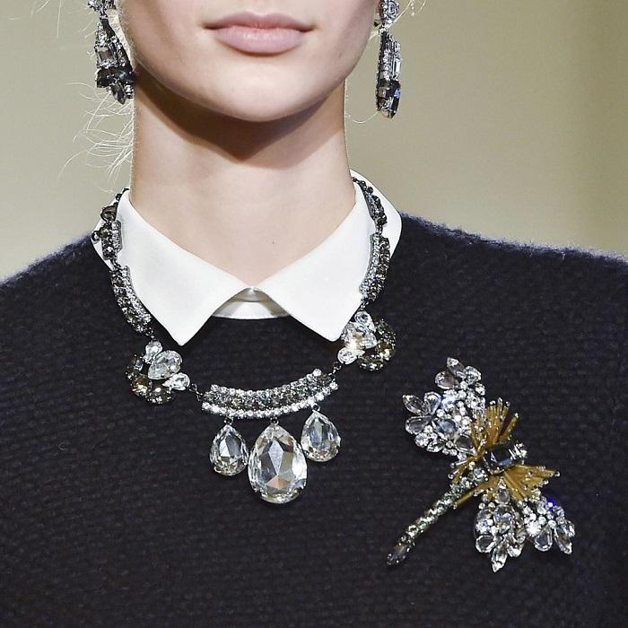 Нельзя носить на работу массивные украшения с крупными камнями. / Фото: Pinterest.com.mx