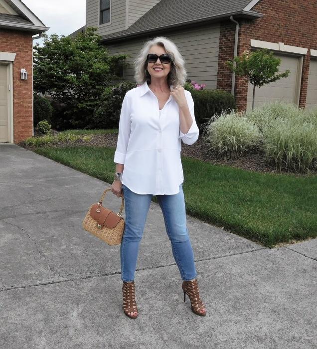 Белая рубашка лаконичного кроя делает образ моложе. /Фото: 2.bp.blogspot.com