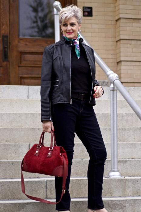 Шелковый платок – один из ярких акцентов в образе. /Фото: i1.wp.com