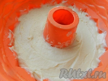 Выложить тесто в форму для выпечки. Равномерно распределить, чтобы не было пустот. Выпекать творожный кекс в разогретой до 180 градусов духовке 1 час.