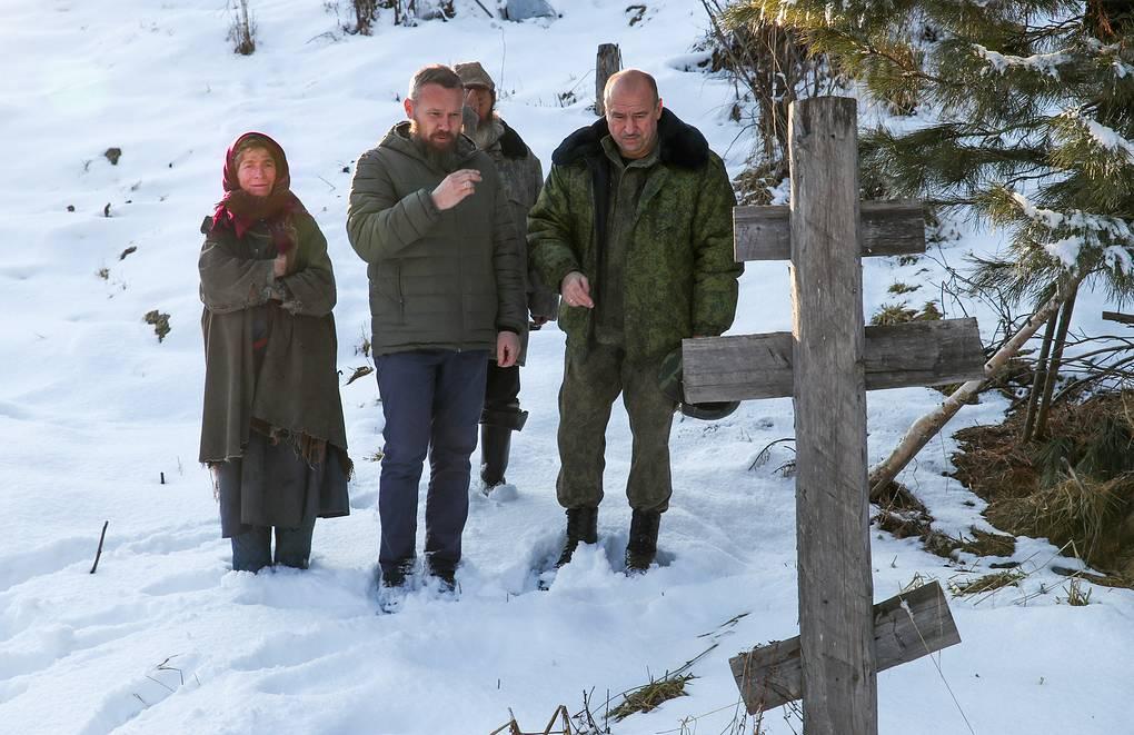У могилы отца Агафьи Лыковой Карпа Осиповича Лыкова Александр Рюмин/ТАСС
