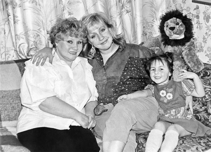 Марина Голуб с мамой и дочерью. / Фото: www.loveread.ec