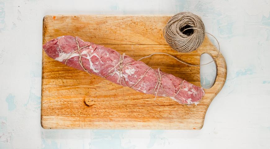 Фото приготовления рецепта: Праздничный мясной рулет, шаг №4