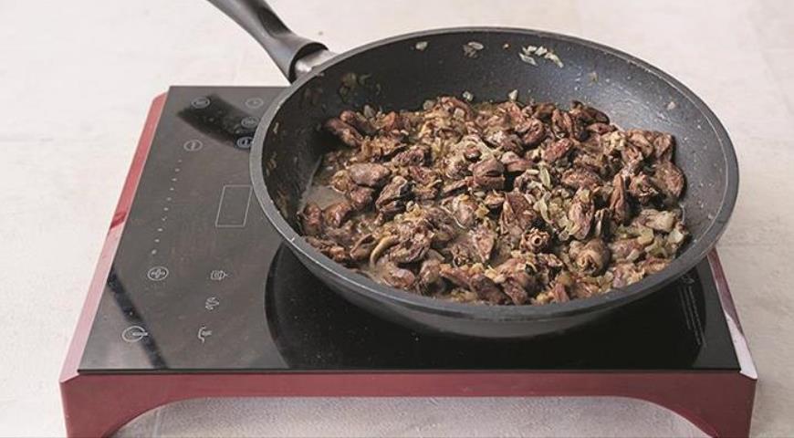 Фото приготовления рецепта: Гречневая каша с куриными сердечками в горшочке, шаг №3