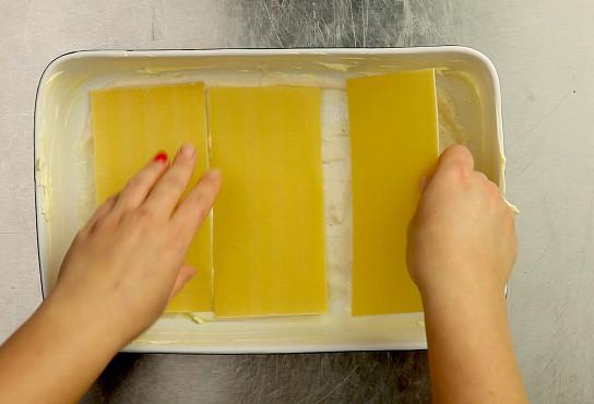 Фото приготовления рецепта: Лазанья классическая с мясом - шаг 6